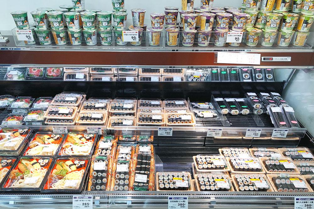 Прилавок с готовыми суши в супермаркете Ogino в Фудзикавагутико