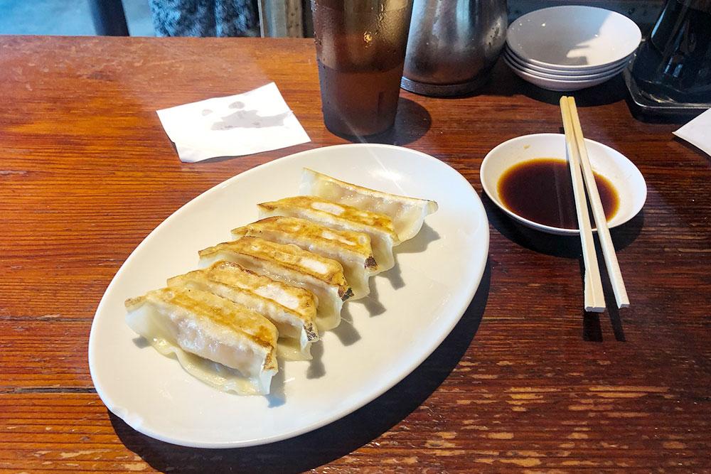 В самые вкусные места в Японии я всегда стоял в очереди. Так было и в маленьком случайном ресторанчике Gyoza-No Umechan в Никко: самые вкусные гёдза я попробовал, отстояв в очереди 15 минут