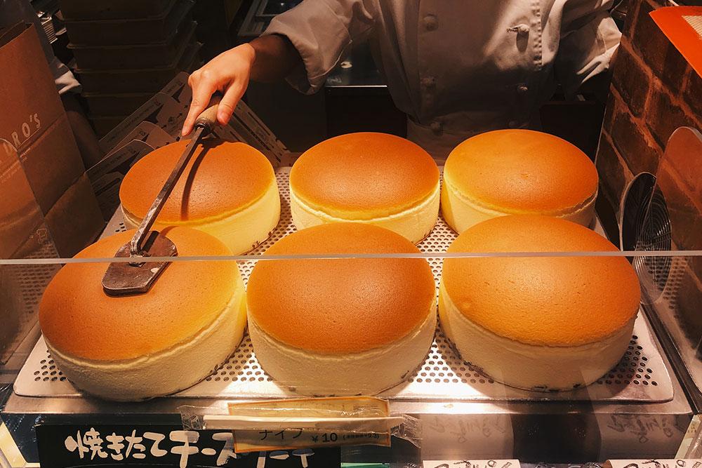 Самый вкусный японский чизкейк я нашел в пекарне Rikuro's в Осаке. Цена за торт — 725¥