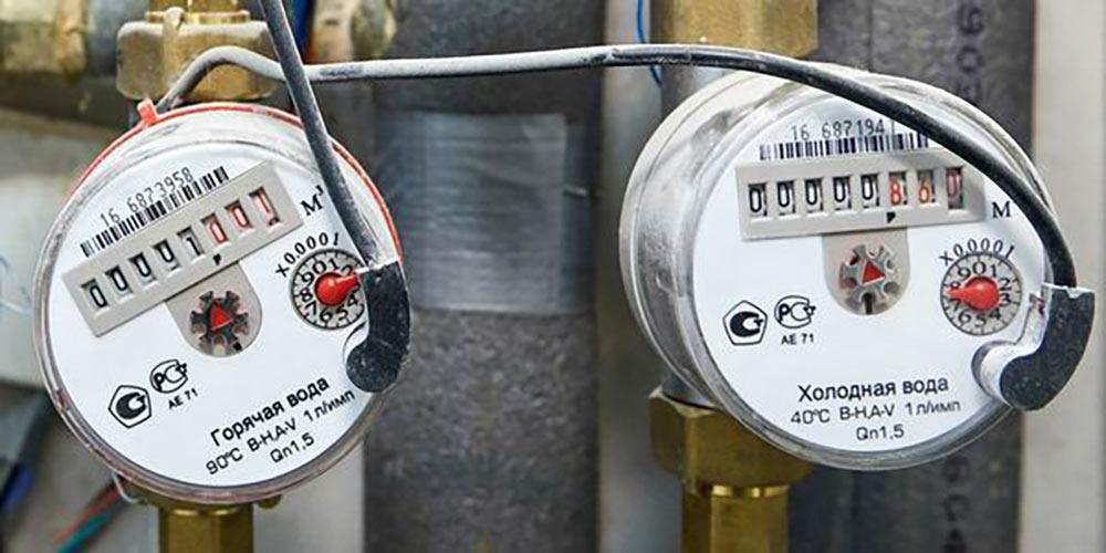 К счетчикам с автоматической передачей показаний идут дополнительные провода. Источник: сайт Обручевского муниципального округа Москвы
