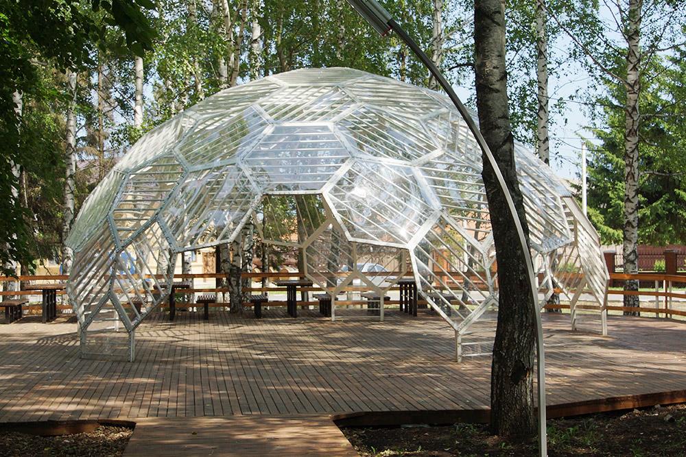 В Ленинском парке построена интересная купольная конструкция. Ноона плохо сочетается сатмосферой старинного уездного городка