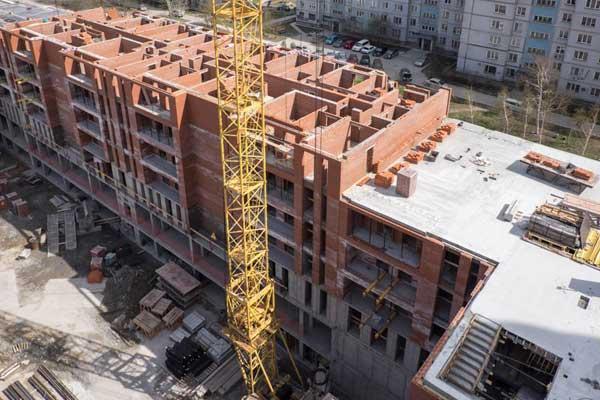 Кирпичный дом в квартале на Декабристов. Источник — {«Сибакадемстрой»}(http://www.sastroy.com/)