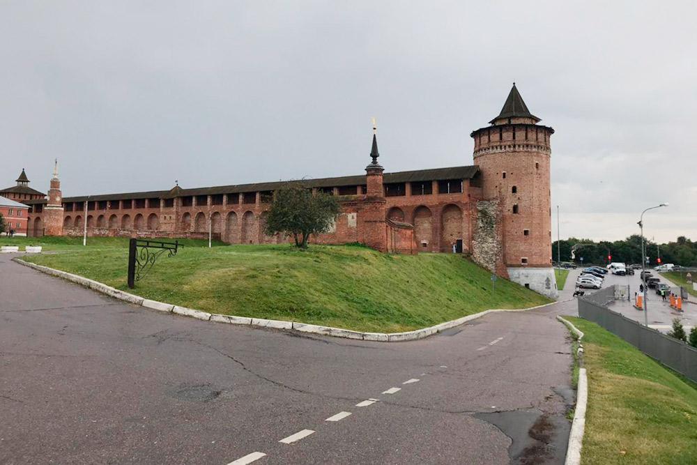 Сохранившийся фрагмент стены Коломенского кремля и Маринкина башня