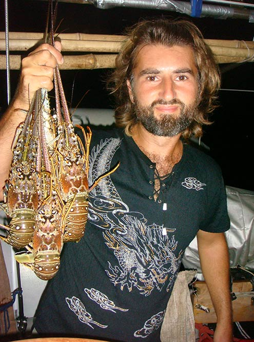 Лобстеры, пойманные на Ямайке. Они селятся на мелководье коралловых рифов целыми колониями
