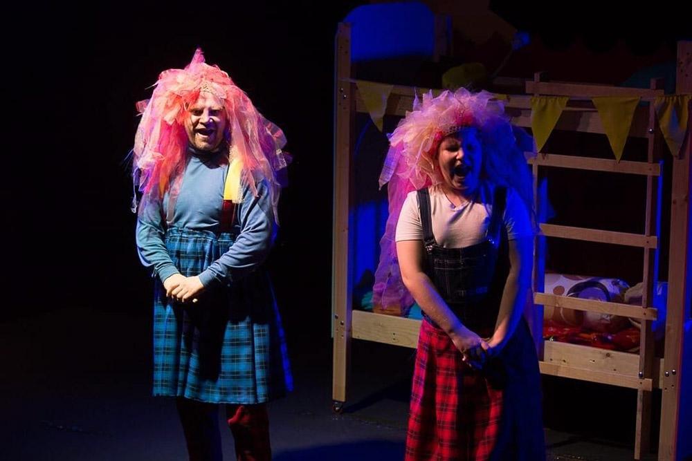 С октября по февраль театр устраивал не менее 3 спектаклей в неделю, а в новогодние праздники было 14 представлений