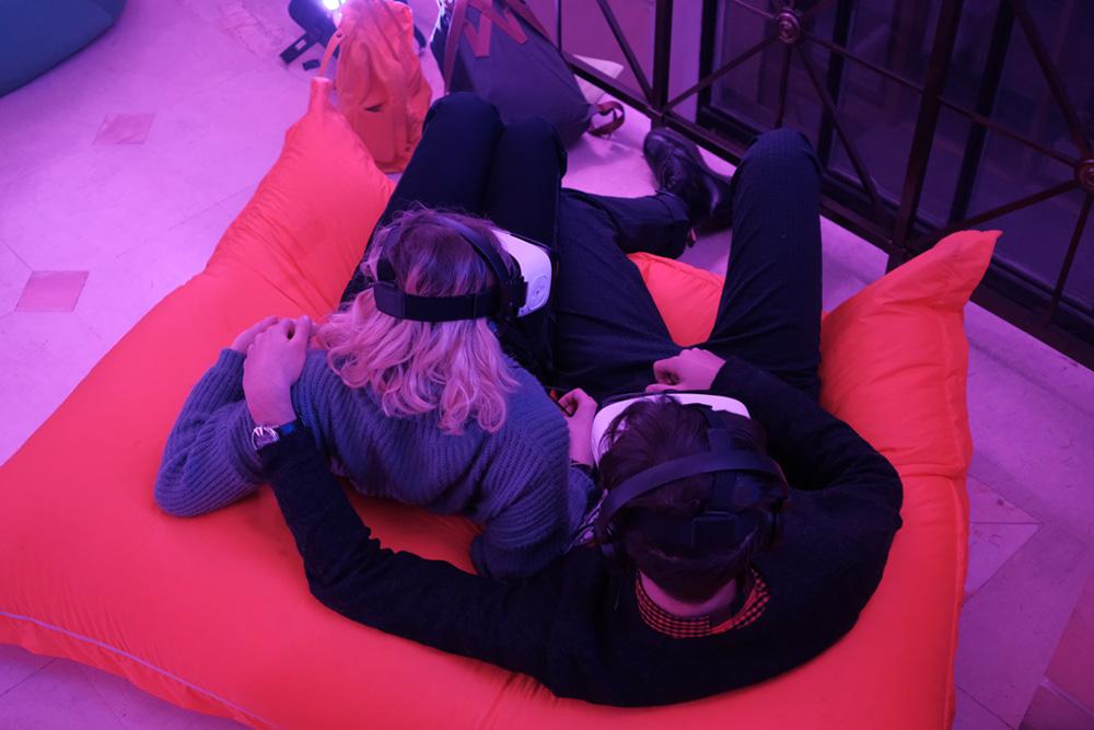 Участники фестиваля «Самая длинная ночь» в Петербурге смотрят VR-фильмы