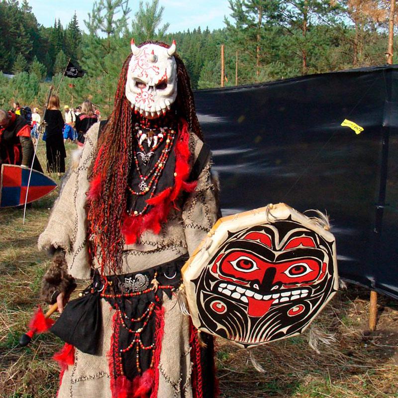 Я в 2010году в костюме шамана на моих любимых «Хоббитских игрищах» по трилогии Толкиена «Властелин колец». «ХИ» — это первая всесоюзная полигонная ролевая игра на территории РФ. Всего я выезжала трижды: в 2007, 2008 и 2010году. Источник: группа «Хоббитские игрища»