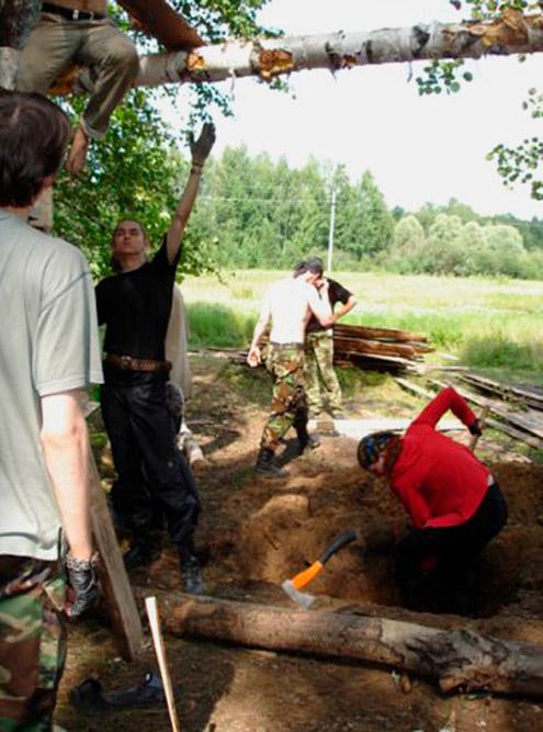 Вот, например, фотография с«Хоббитских игрищ» 2007года. Ребята строят ворота, аякопаю штурмовой ров. Источник: Максим Беликов
