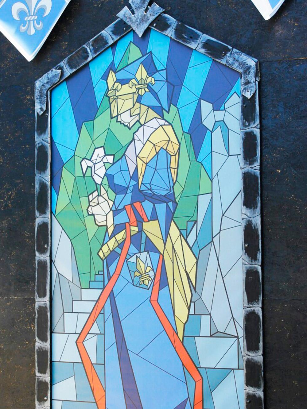 Витражный мотив натемерских воротах крупным планом. Дляего создания мастера сначала рисовали эскиз вкарандаше набумаге, апотом отрисовывали его ввекторе. После изображения печатали вМоскве иотправляли вКрым уже готовые работы. Источник: Саша Волк