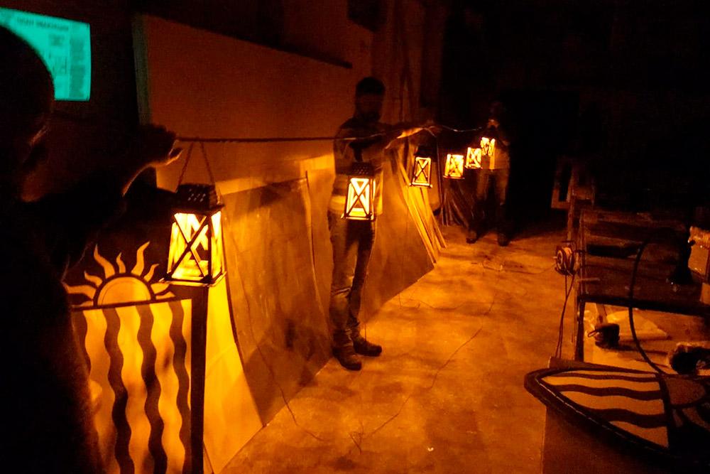 Фото сделано вмастерской «Империя начинается туть» впроцессе апгрейда 29старых нильфгаардских фонарей после прошедшего «Ведьмака» 2019года
