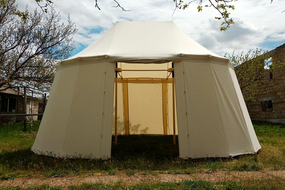 Так выглядит двухмачтовый шатер. Площадь — чуть больше 18 м² (длина — 5,5 м, ширина — 4 м). Общая высота — 3,3 м. Работа крымского мастера Андрея Юманова