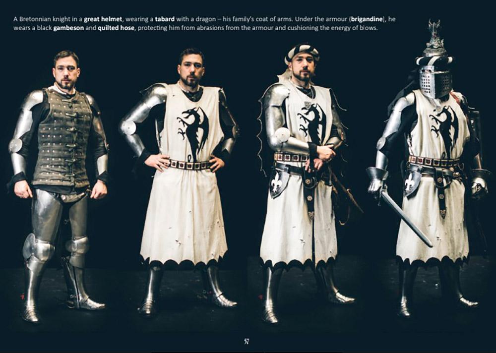 Аэто бретонский рыцарь вгербовой накидке сдраконом— его фамильным гербом. Поддоспехом черный подлатник истеганые чулки, которые защищают ноги отссадин отдоспехов исмягчают силу возможных ударов. Источник: сайт «Цвайхандер»