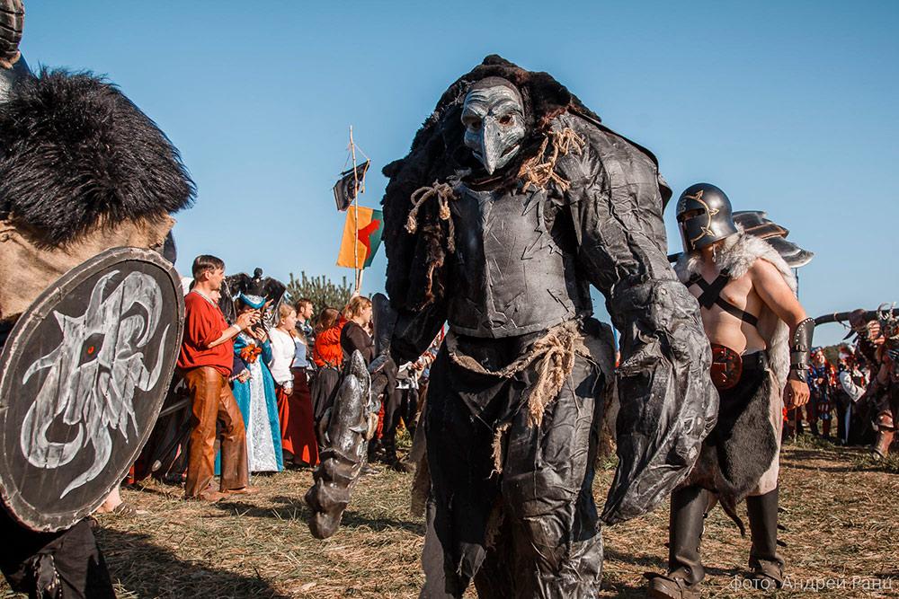 Мой костюм хаос-спауна был слегка выше человеческого роста за счет выступающего горба на спине. В клешне с левой стороны были светодиоды дляподсветки. Источник: Андрей Ранц