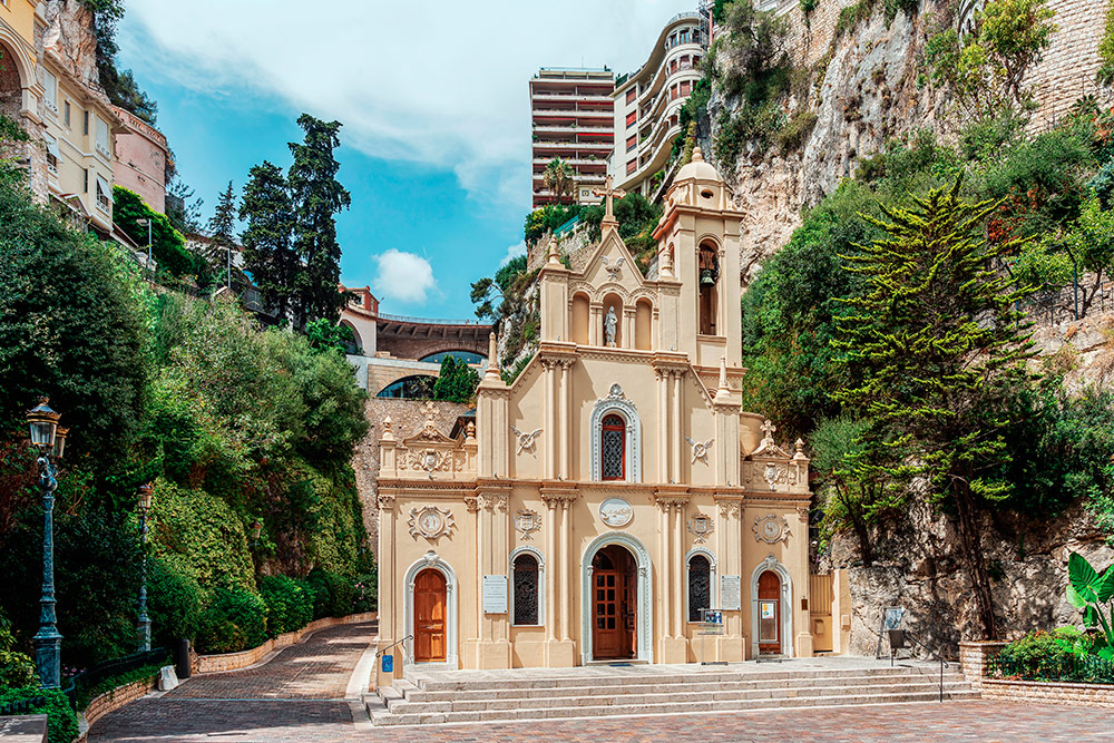 Церковь Святой Девоты, расположенная прямо перед вокзалом. Невесты в Монако после церемонии приносят букеты к могиле Девоты, считая, что это принесет счастье и богатство семье. Источник: Pawel Szczepanski / Shutterstock