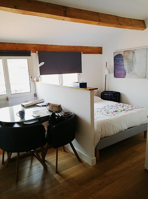 Квартирка совсем небольшая — всего22м². Но зато по-французски уютная