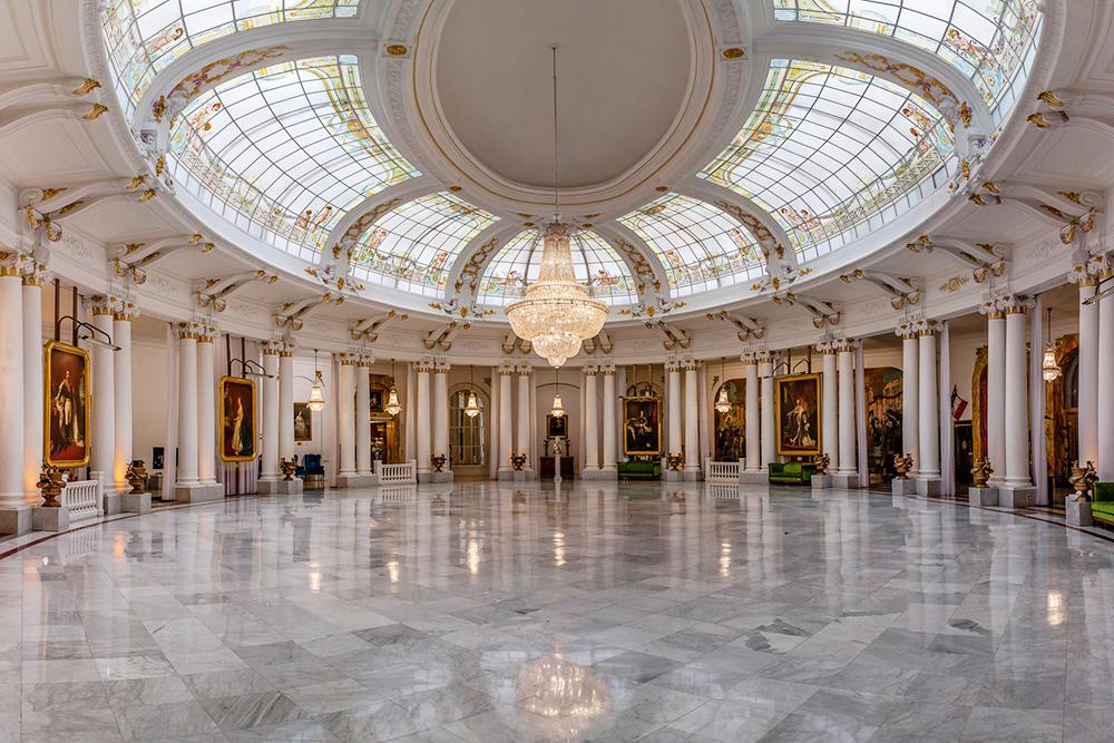 Так выглядит отель изнутри. Думаю, понятно, почему этот холл называется Королевским. Источник: flickr.com