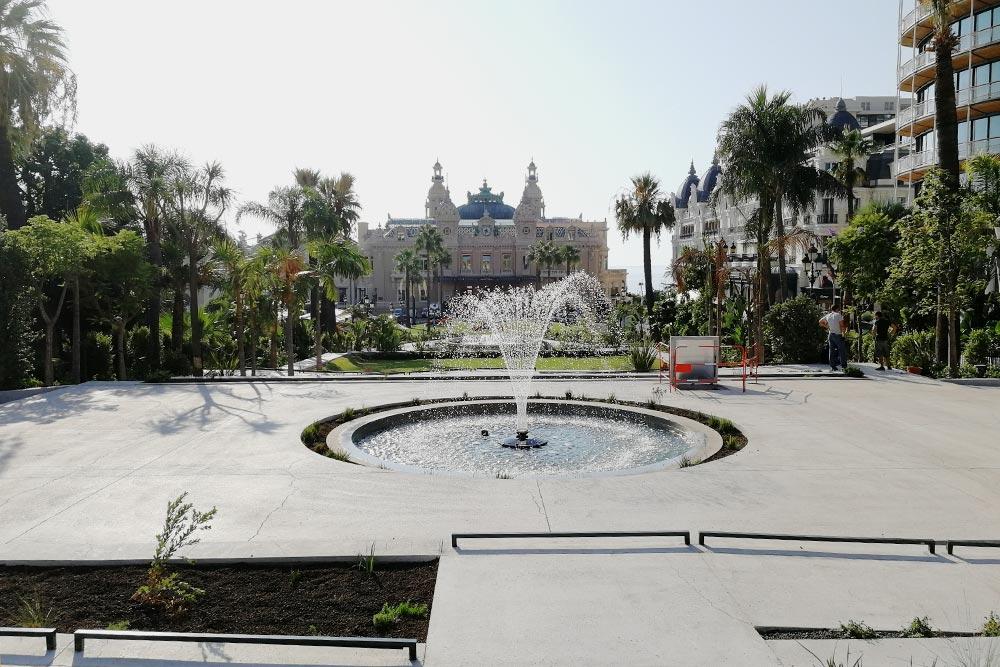 В центре площади, напротив входа — фонтан сизогнутым зеркалом. Это скульптура индийского художника Аниша Капура «Небесное зеркало»