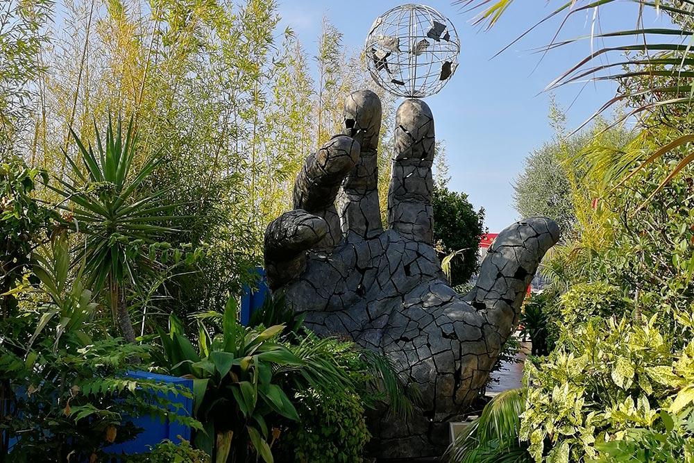 «Весь мир на кончике пальца» — так мне захотелось назвать эту скульптуру