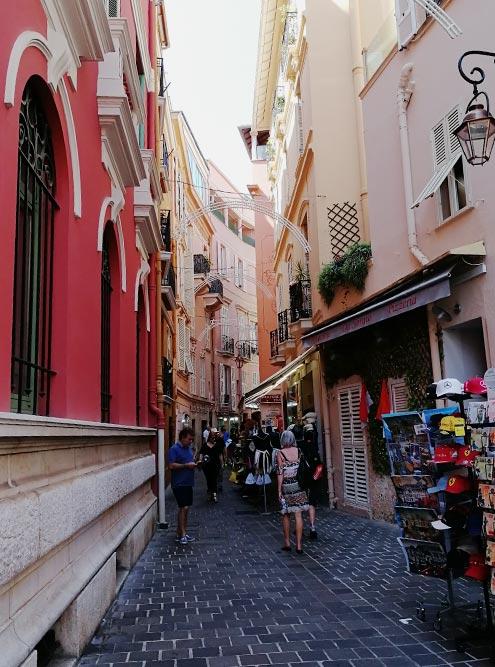 Гулять по витым улочкам Старого города Монако — странное удовольствие. Здесь нет ощущения старины, но нет и вычурности