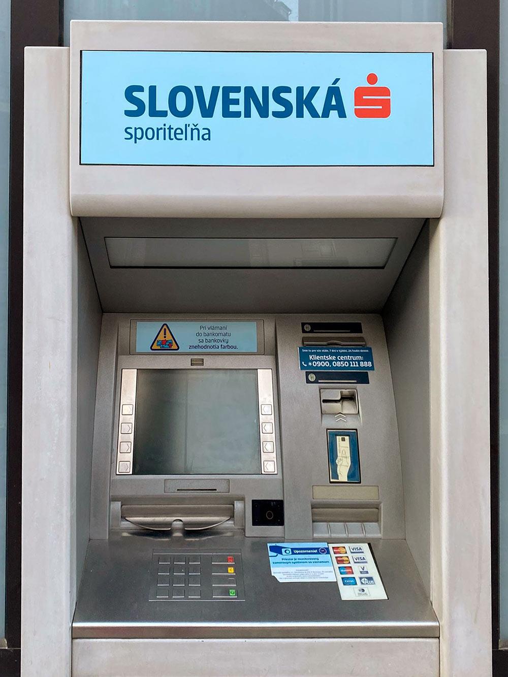 Банкомат Словацкого сберегательного банка: не все банкоматы оборудованы длявнесения денег, некоторые их только выдают