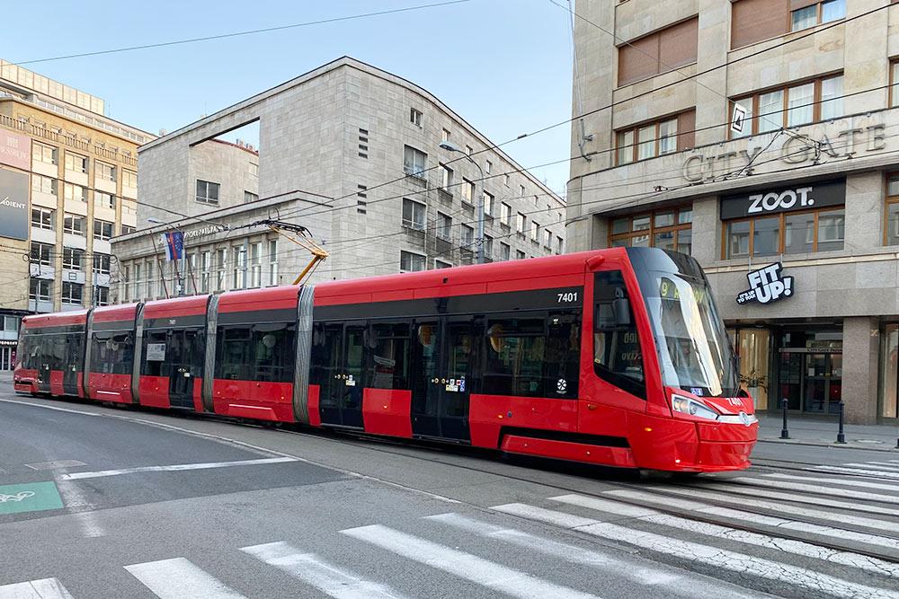 Новые трамваи. Вход оборудован кнопкой