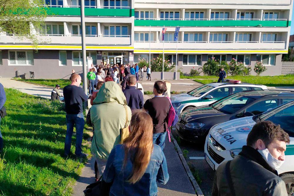 Очередь к отделению полиции по делам иностранцев в Братиславе. Иногда люди занимают очередь с полуночи