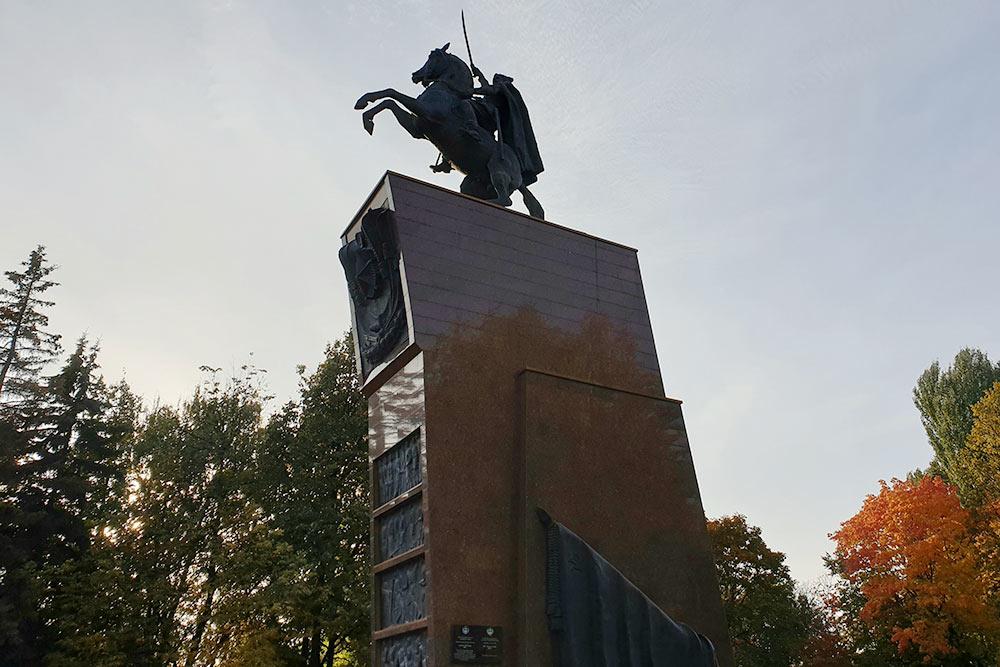 Василий Иванович Чапаев родился вдеревне Будайке. Сейчас место, гдебыла деревня, находится вцентре Чебоксар. Недалеко отсюда разбили сквер, построили музей, перенесли родной домЧапаева, поставили памятник — всевпамять олегендарном комдиве
