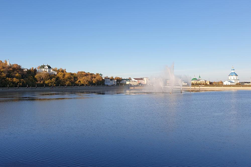 Раньше наместе залива был исторический центр — целые кварталы, улицы, парки. Егозатопили пристроительстве ЧебоксарскойГЭС