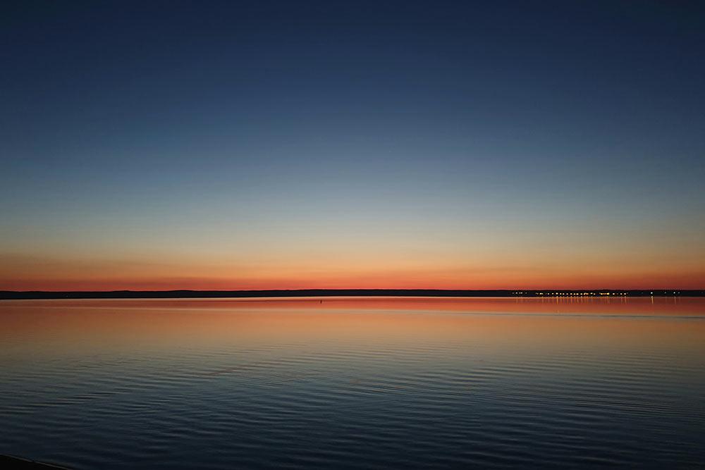 На Московской набережной закаты особенно прекрасны. Напротивоположном берегу Волги — район Заволжье, который тоже считается частью города