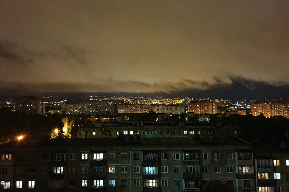 Панельного неба краюха: вид скрыши наодин изспальных районов города