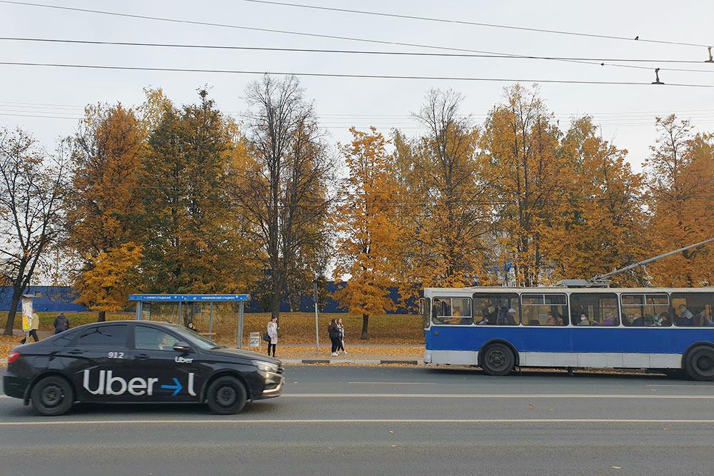 Троллейбусы вЧебоксарах побольшей части старые, нокогда сних сняли всюрекламу иотремонтировали, онистали выглядеть аккуратно