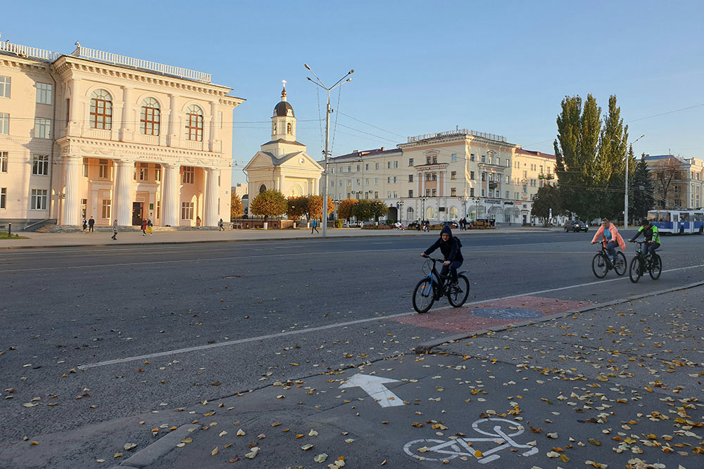 Местные любят кататься навелосипедах. Идляэтого всеесть: велодорожки, пункты проката, сервисы поремонту велосипедов
