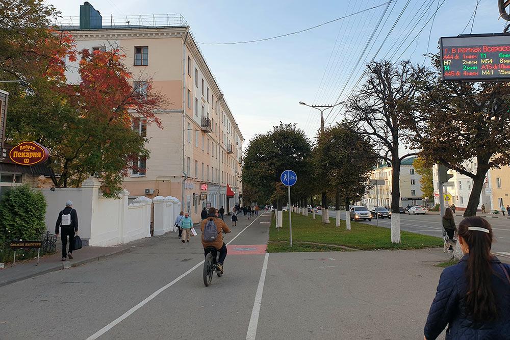 Наостановках общественного транспорта — информационные табло, анавелодорожках — только велосипедисты. З — забота иУ — уважение
