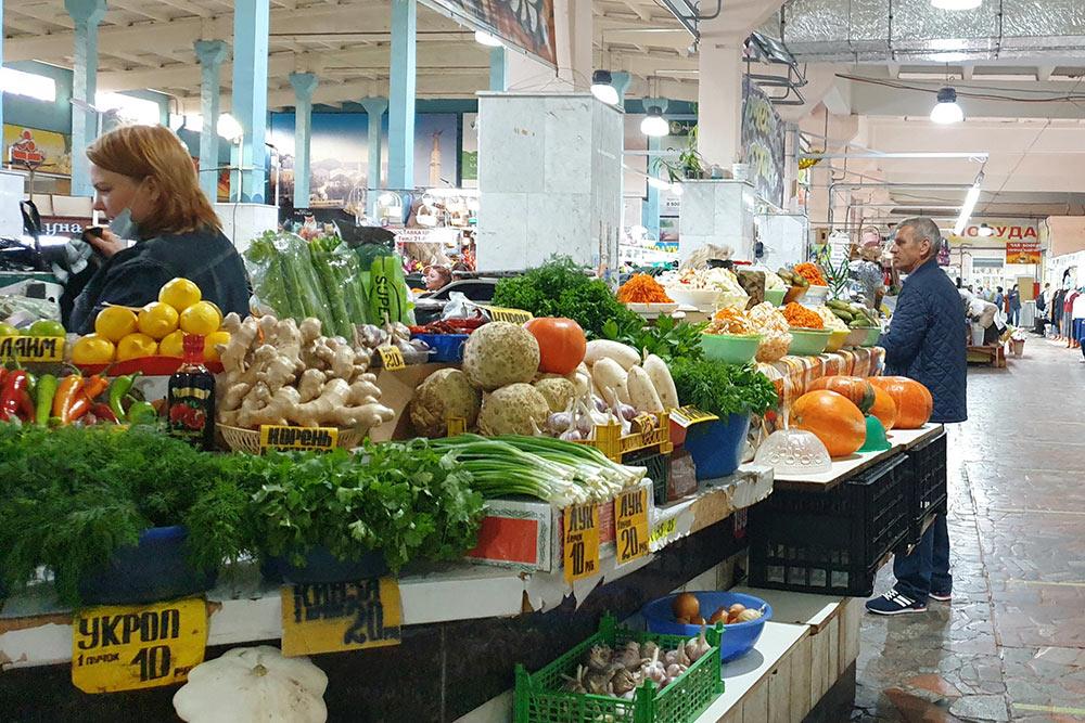 Впавильонах внутри рынка продают сезонные продукты: зелень, тыкву, ягоды, грибы, мед
