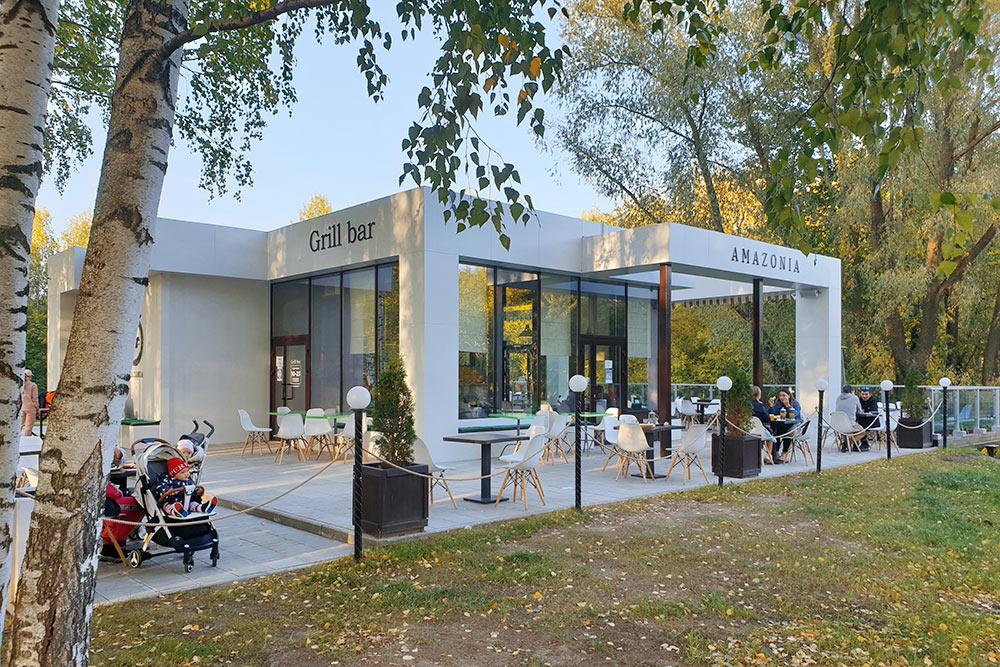 Влетнем кафе впарке можно посидеть насвежем воздухе, аможно взять еду навынос