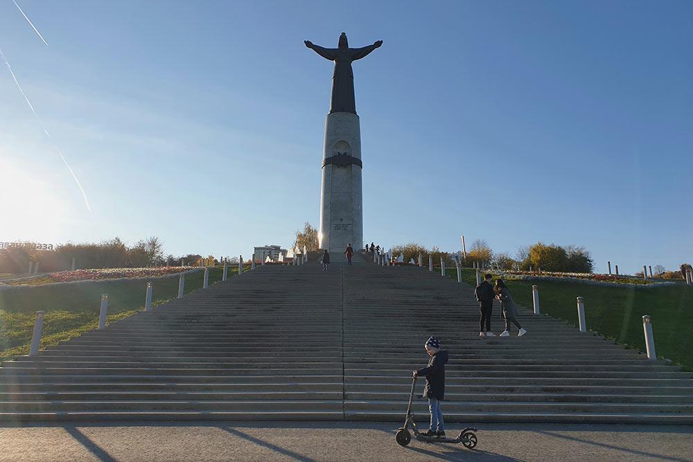 Поговаривают, чтоидея поставить статую Матери-Покровительнице пришла первому президенту Чувашии Николаю Федорову восне, апрообразом статуи стала егособственная мать