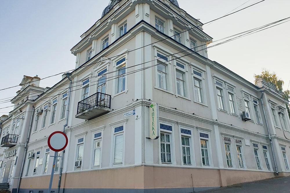 Здание первой аптеки Чебоксар, которой ужепочти 150лет. Когда-то здесь продавали пиявок иуверяли, чтовино — этолекарство