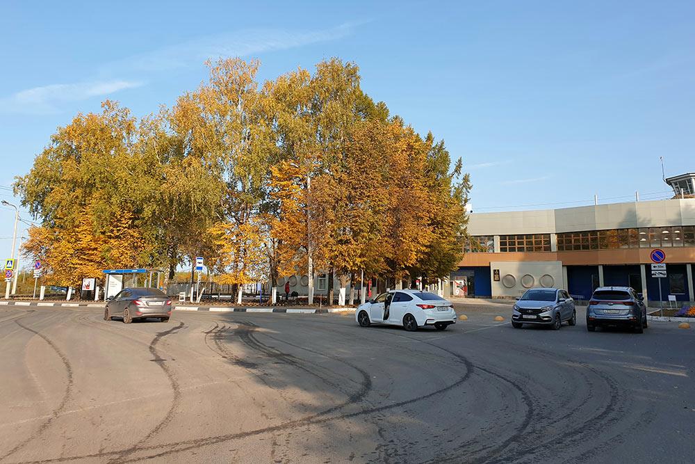 Автобусная остановка находится в20метрах отвхода ваэропорт, арядом — бесплатная парковка
