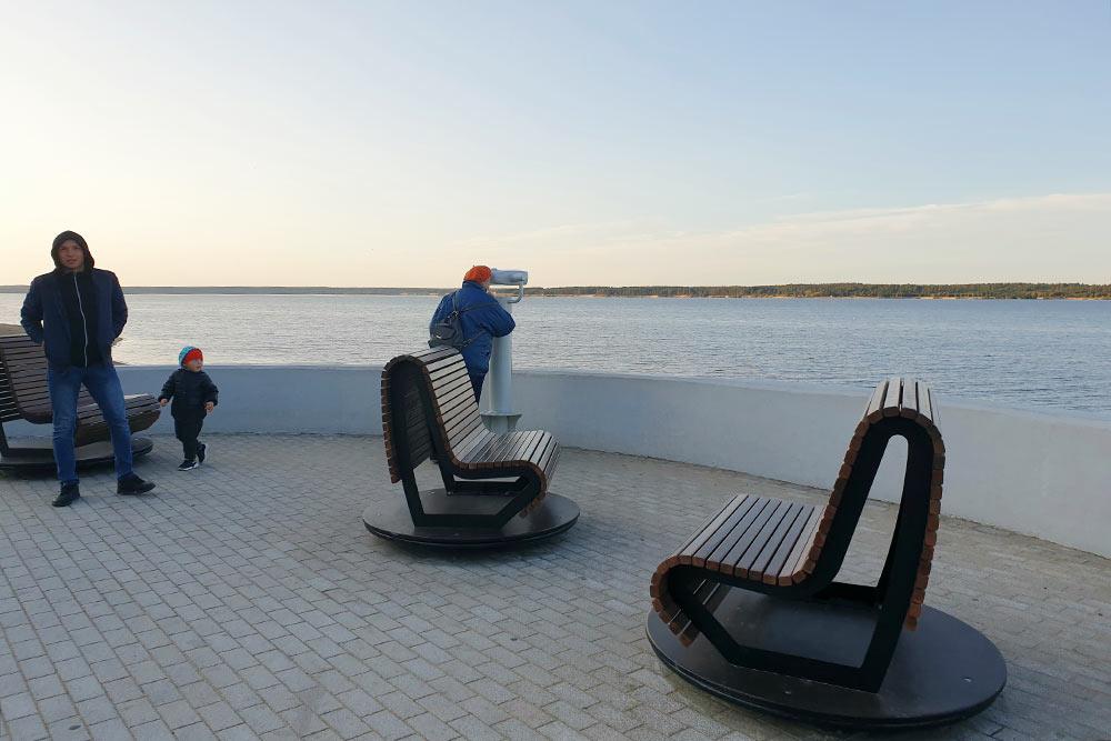 На Красной площади инаМосковской набережной стоят скамейки, которые вращаются вокруг своей оси