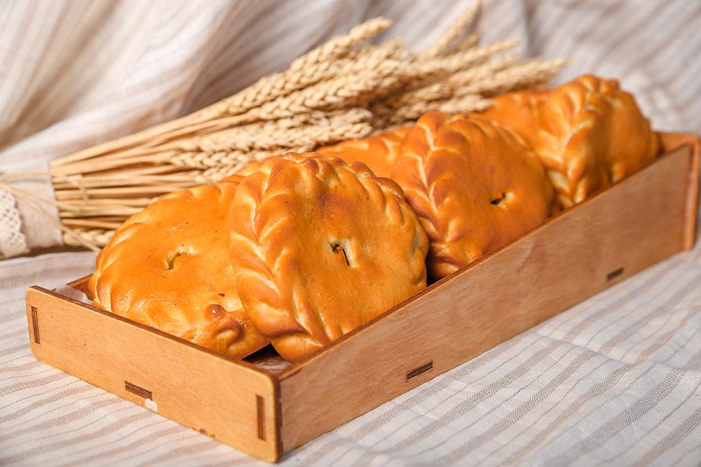 Небольшой закрытый пирог с&nbsp;картошкой и&nbsp;мясом называется хуплу. В&nbsp;«Первой пекарне» он&nbsp;стоит 57&nbsp;<span class=ruble>Р</span>