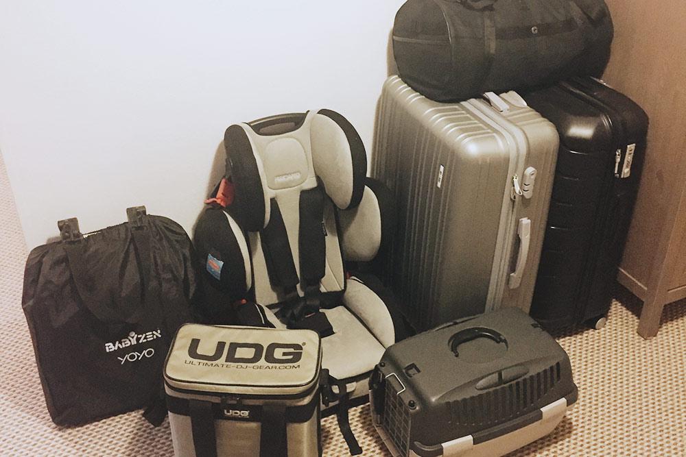 До переезда мы продали вообще все. Везли минимум вещей, за кадром еще один чемодан и два обычных рюкзака