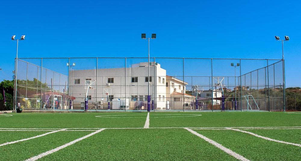 На заднем плане — основной корпус Silverline Private School. Источник: страница школы в «Гугл-картах»