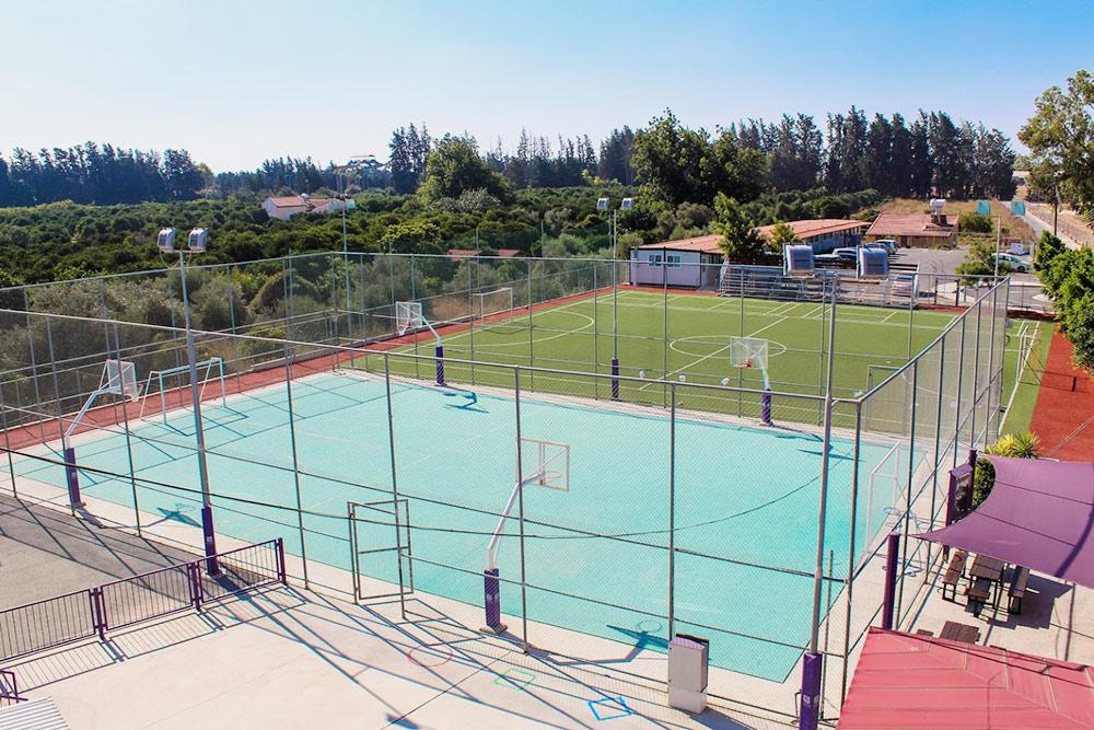 У нашей школы среди полей есть собственное футбольное поле и баскетбольная площадка. Источник: страница школы в «Гугл-картах»