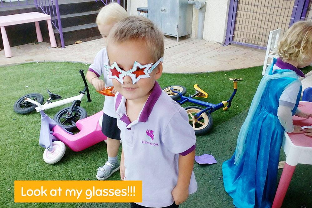 Учитель через приложение Seesaw показывает, как ребенок проводит день в школе