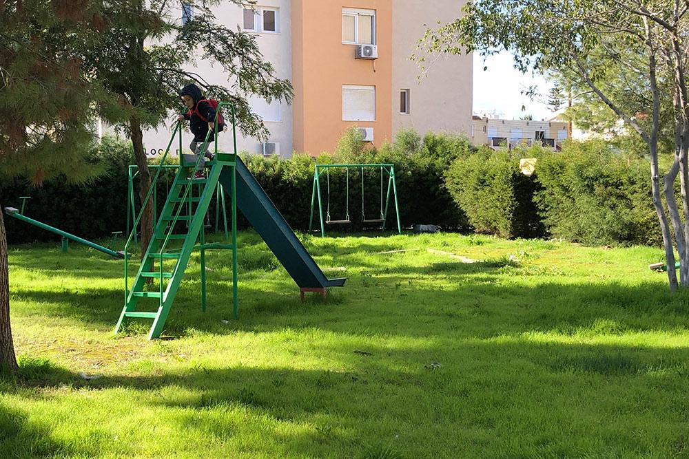 Таквыглядит площадка во дворе нашего первого дома. Зеленая трава на Кипре бывает только 3—4 месяца в году, в сезон дождей