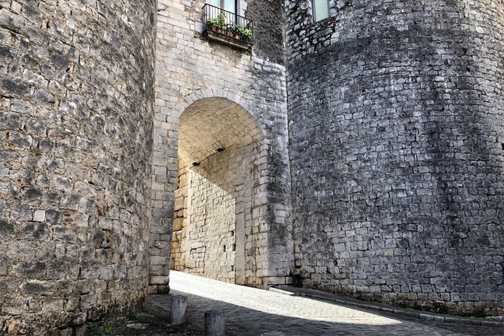 Северные ворота, через которые Августова дорога входит в Старый город