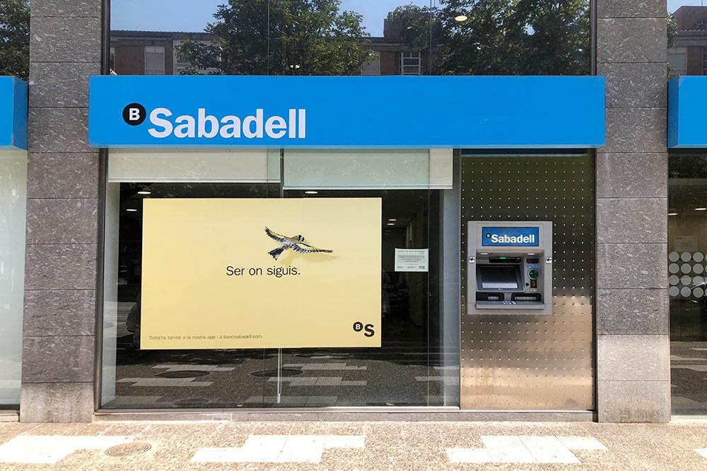 Вход в банк Sabadell и банкомат. Во время пандемии прийти в банк можно только по предварительной записи. Сотрудники стараются решать все вопросы удаленно