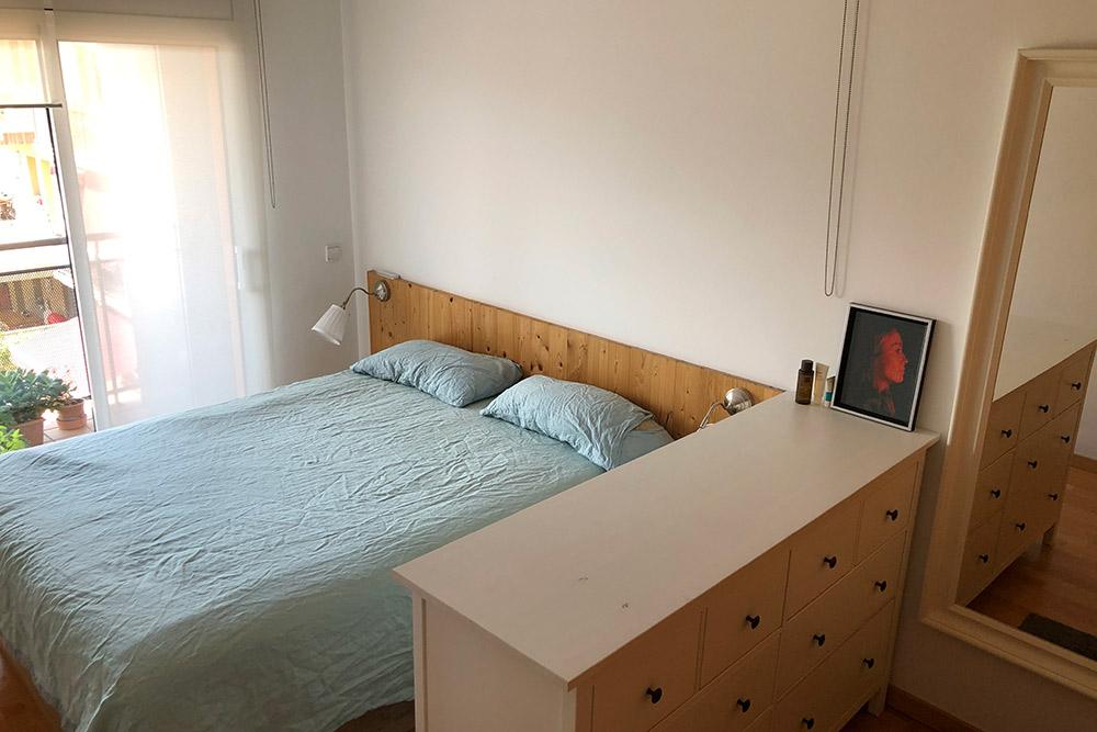 Наша спальня. В кадр не попал шкаф-купе у стены возле зеркала