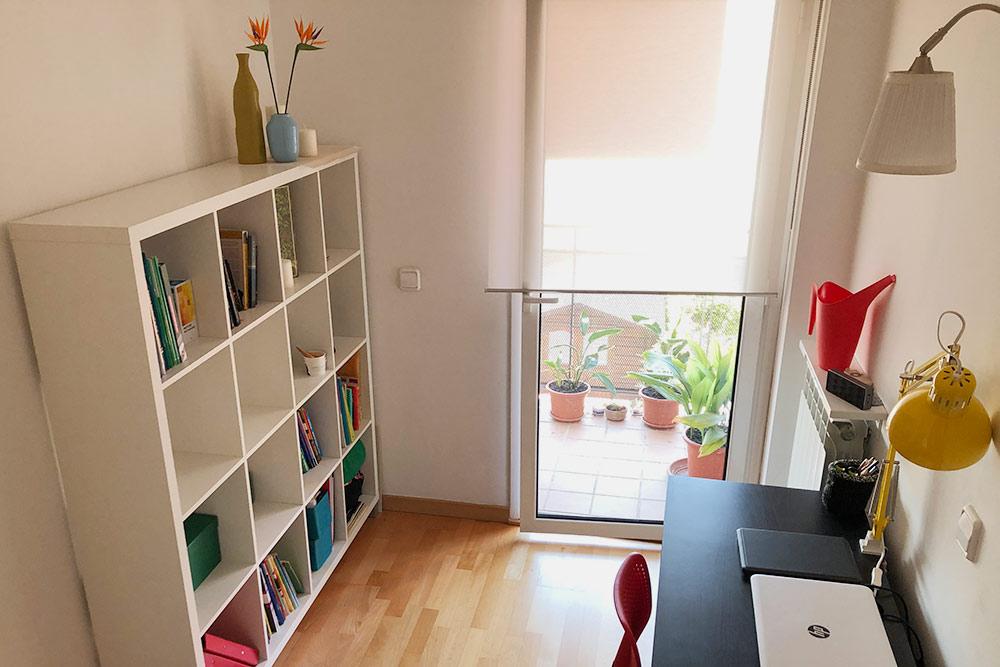 Кабинет, который должен был быть второй спальней. Все окна в квартире — это по факту двери на балкон