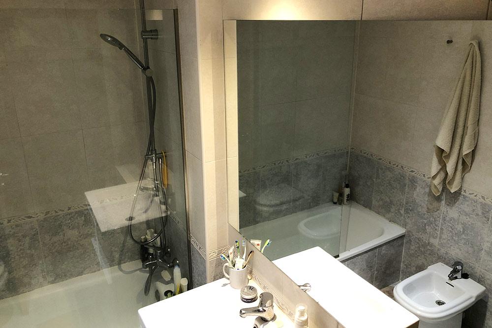 Ванная с зеркалом на полстены